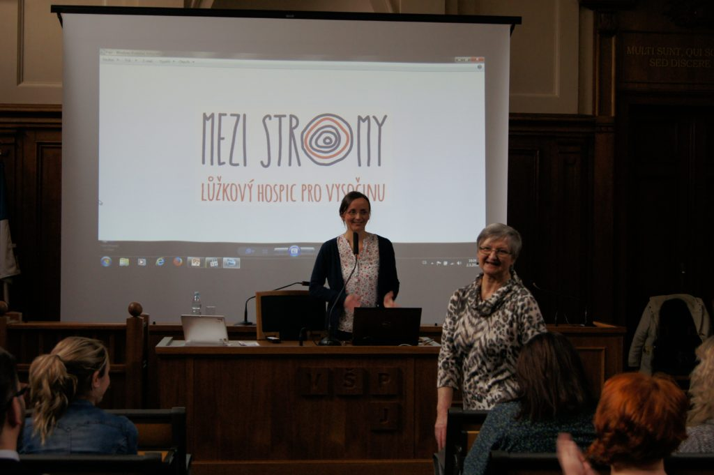 Ludmila Novotná ze Spolku pro lůžkový hospic Mezi stromy prezentuje záměry spolku a představuje MUDr. Marii Svatošovou, odbornou garantku